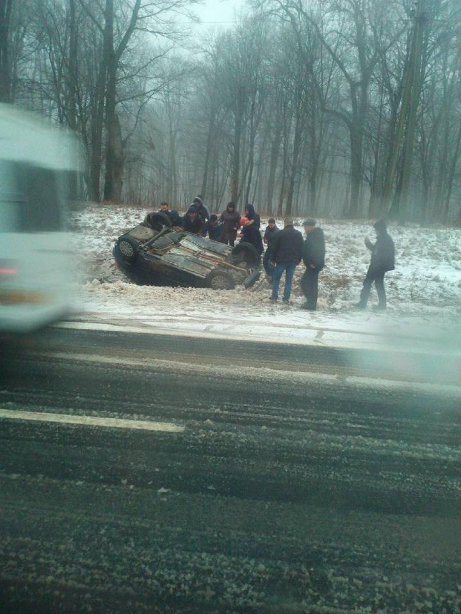 (foto) Gest demn de urmat: Au observat o mașină întoarsă în șanț și au intervenit imediat