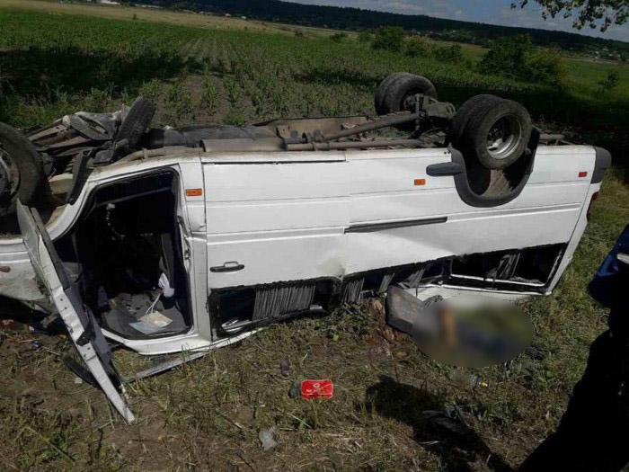 (foto) Grav accident rutier cu implicarea unui microbuz de linie. Doi oameni au murit