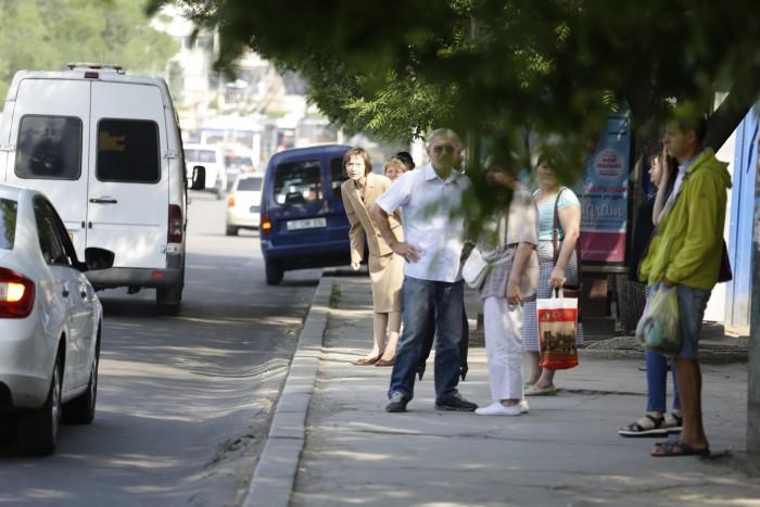 (foto) Ieri în mașină de ministru, azi în așteptarea troleibuzului. Cum a fost surprinsă Corina Fusu