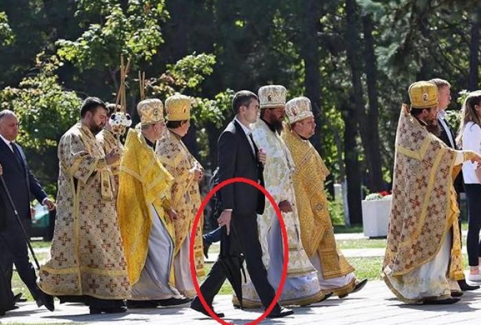 (foto) Igor Dodon, păzit ca Plahotniuc: Bodyguarzii președintelui, dotați cu umbrele antiglonț la o depunere de flori