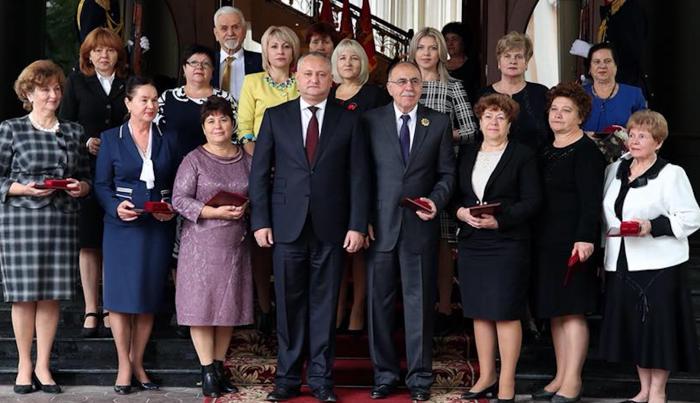 (foto) Igor Dodon a înmânat distincții de stat mai multor pedagogi, la Palatul Republicii