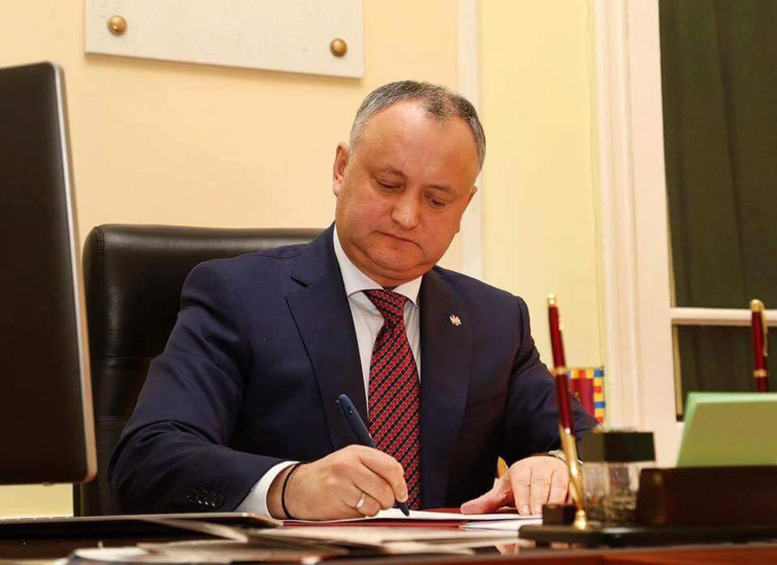 """(foto) Igor Dodon a semnat demisia ministrului Justiției: """"Acum avem cu un unionist mai puțin la guvernare"""""""