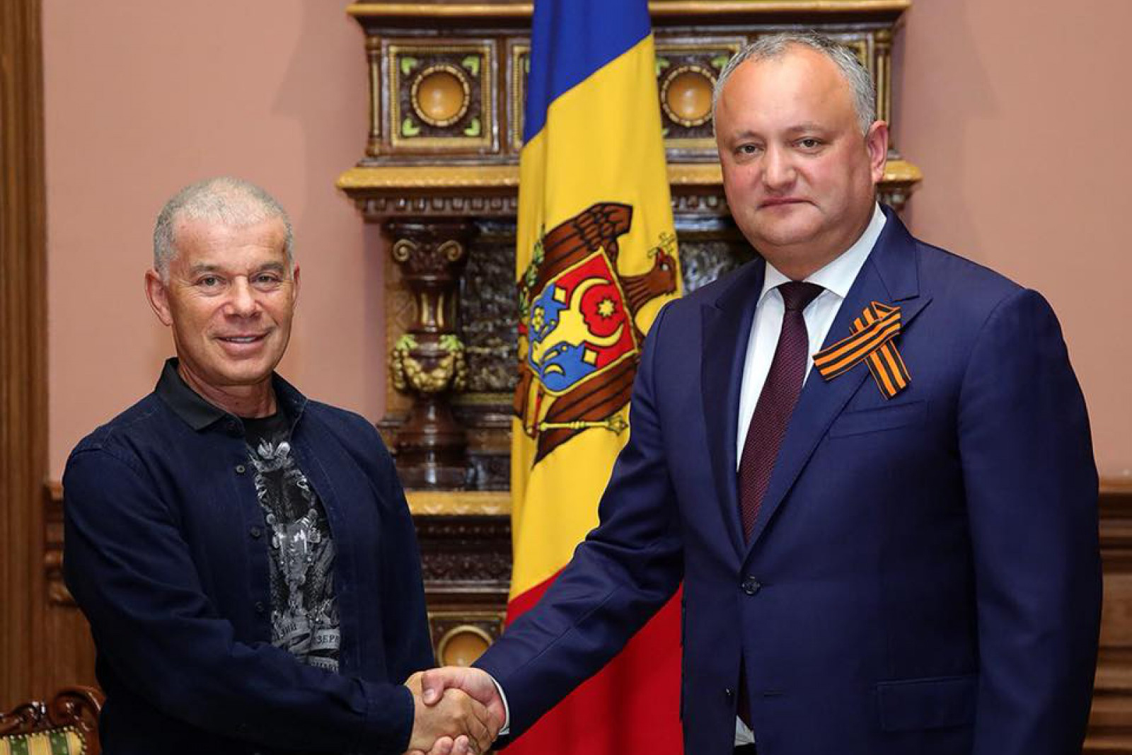 (foto) Igor Dodon, cu panglica Sfântului Gheorghe în piept, împarte Decrete la veterani. S-a întâlnit cu Gazmanov și Maidanov