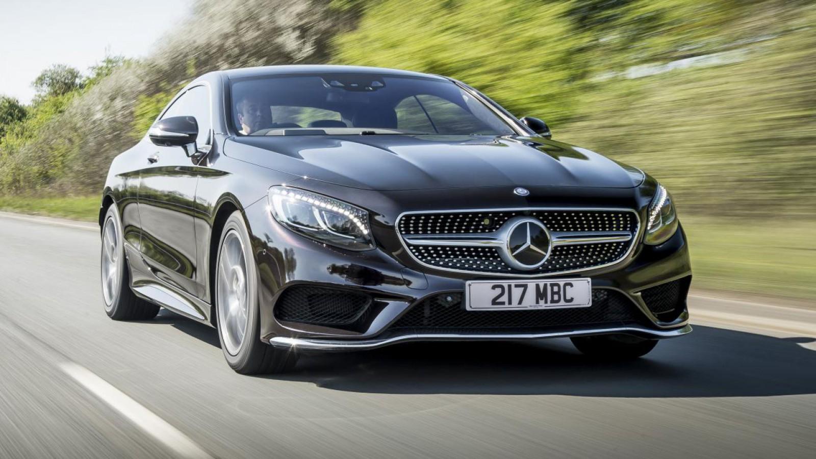 (foto) Imaginea zilei: Un Mercedes de peste 100000 de euro, fără o roată în centrul Chişinăului