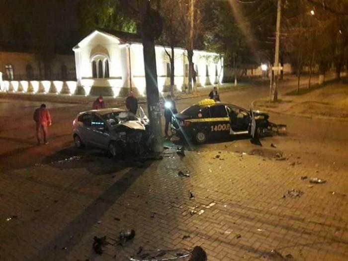 (foto) Impact violent în capitală. Un automobil s-a făcut zob după ce s-a ciocnit cu un taxi