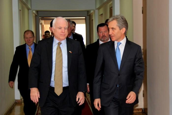 (foto) John McCain: Noi vă susținem și credem în voi
