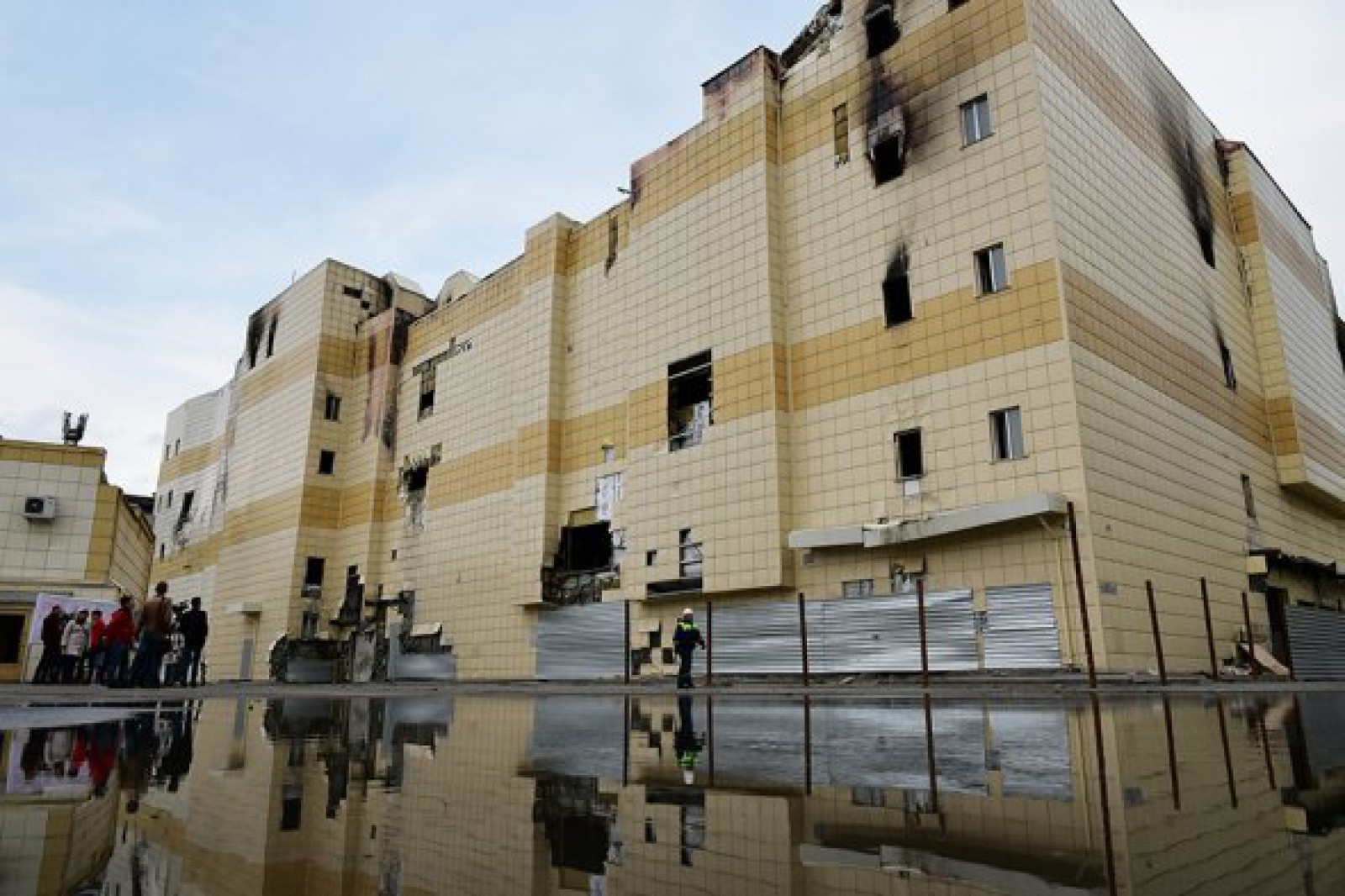 (foto) Kemerovo: Clădirea centrului comercial, unde 60 de persoane printre care majoritatea copii au decedat în incendiu, a început să fie demolată