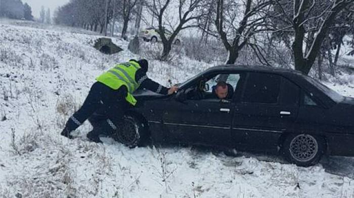 (foto) Ninge în toată regula la nordul Moldovei! Zeci de maşini şi camioane nu pot înainta