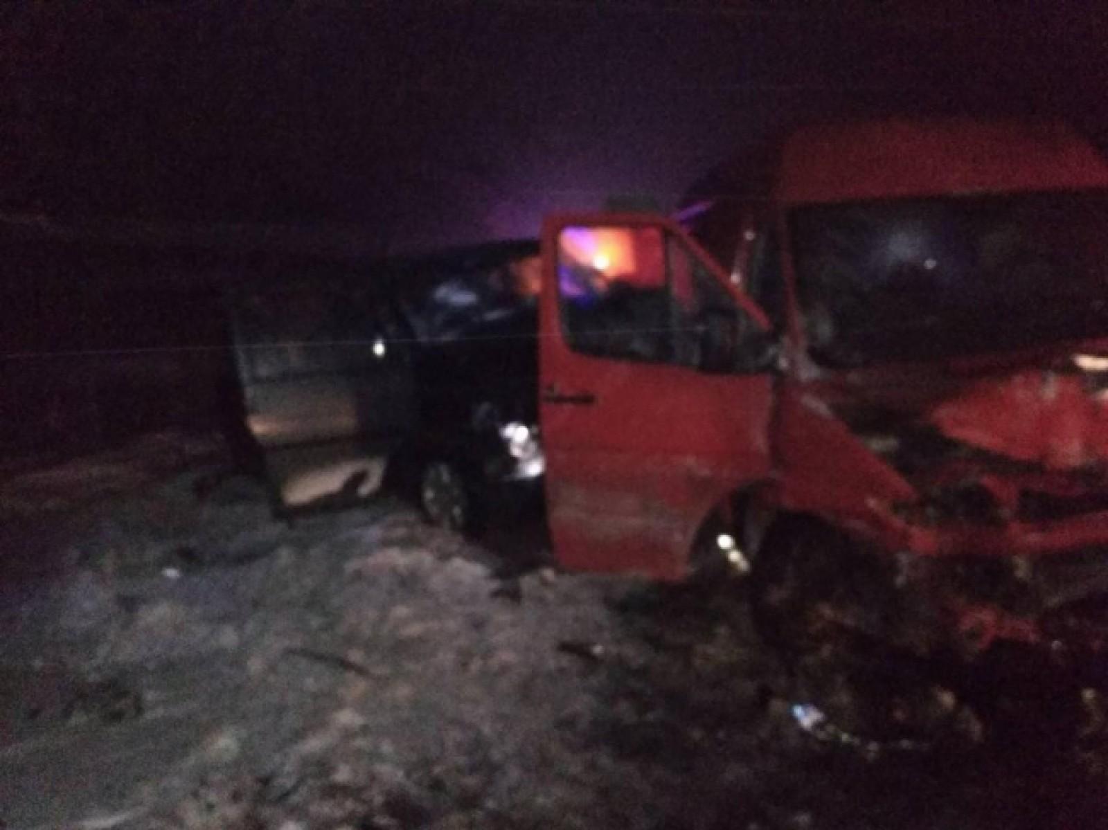 (foto) Imagini de la accidentul de lângă Ștefan Vodă: Patru mașini, printre care două microbuze s-au ciocnit violent, iar patru persoane au fost transportate la spital