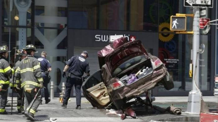 (foto) O mașină a intrat în plin într-un grup de pietoni, la New York: Cel puţin un mort şi 12 răniţi
