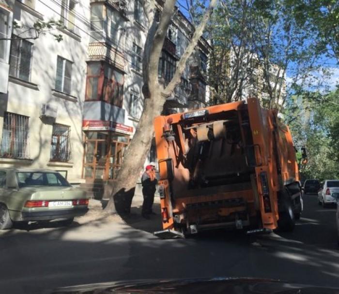 (foto) O mașină de gunoi a aterizat într-un crater, chiar în centrul capitalei