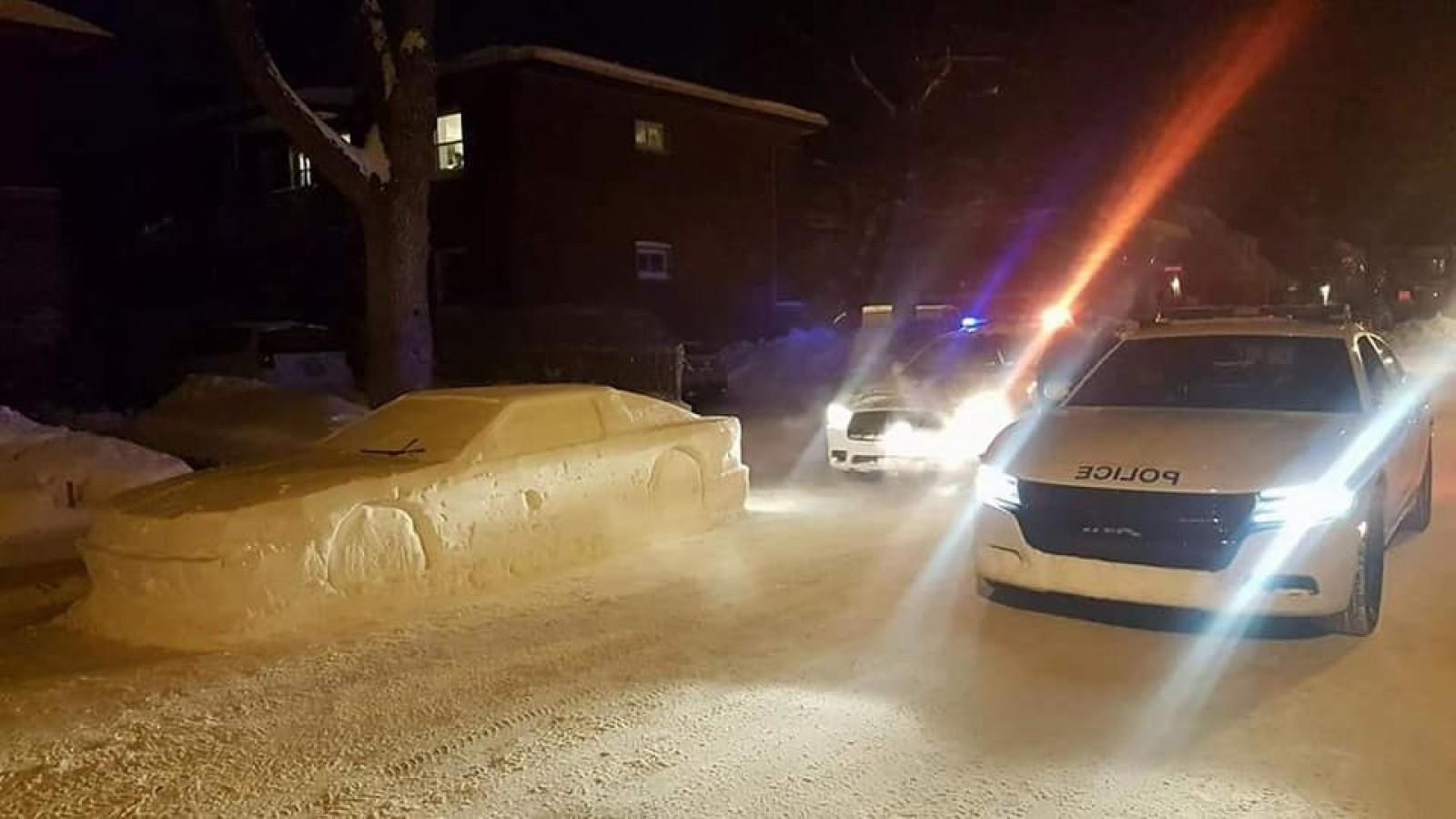 """(foto) O """"maşină"""" făcută din zăpadă i-a atras pe poliţişti. Iată ce au lăsat pe """"parbriz"""" în locul unei amenzi"""