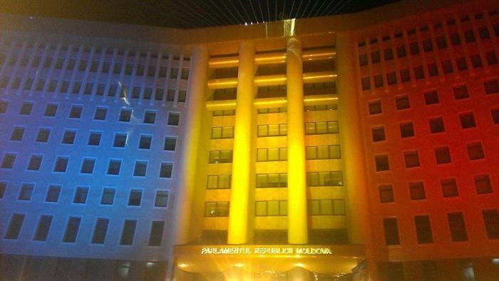 (foto) Parlamentul a fost iluminat în culorile tricolorului