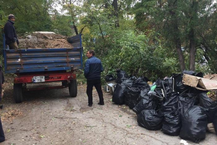 """(foto) Peste 120 de voluntari au făcut curățenie la Complexul """"Cimitirul Eroilor Români"""""""