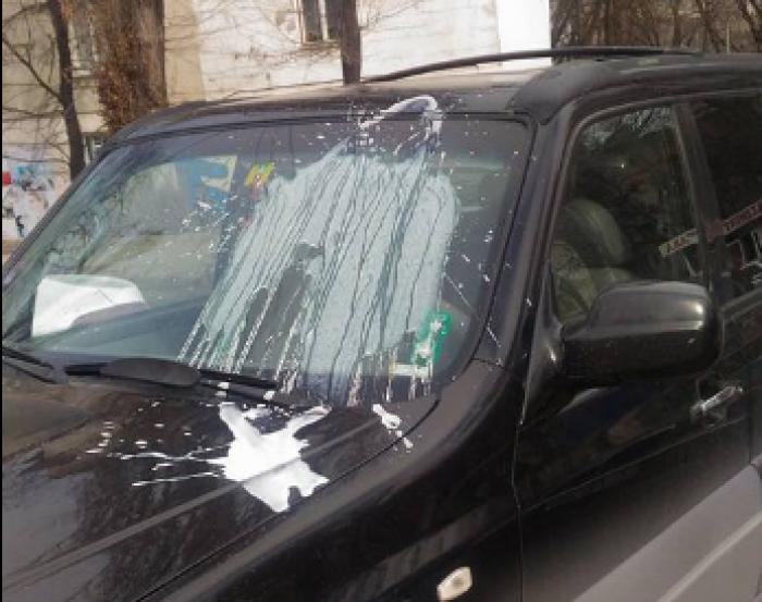 (foto) Pietonii își exprimă nemulțumirea. Au vărsat chefir peste parbrizul unui automobil parcat neregulamentar