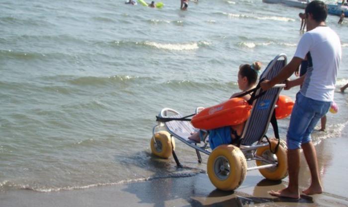 (foto) Premieră pentru litoralul românesc: a fost inaugurată prima plajă dotată cu facilităţi pentru persoanele cu dizabilităţi