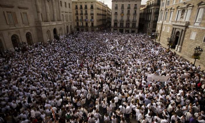 (foto) Protestari în alb participă la manifestații în masă, în orașele spaniole Madrid și Barcelona și cheamă la dialog politic