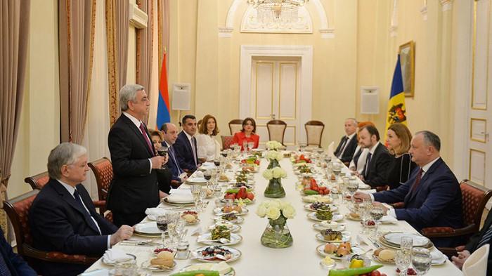 (foto) Recepție la Președinția Armeniei în cinstea vizitei lui Igor Dodon. Cum a fost primit președintele modovean și soția sa