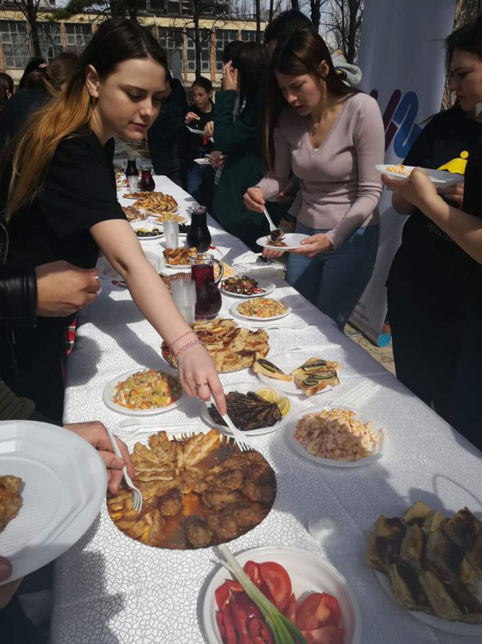 (foto) România: Bucate gătite de studenţii din Republica Moldova, ca la cămin, pe reşouri, pentru colegii lor din Galaţi