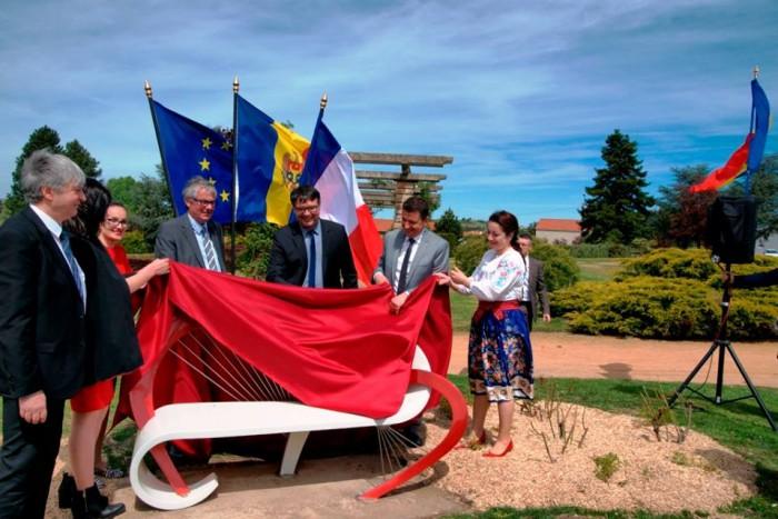 (foto) O bancă creată de designerul moldovean, Mihai Stamati, a ajuns să fie simbolul dragostei într-un oraș din Franța