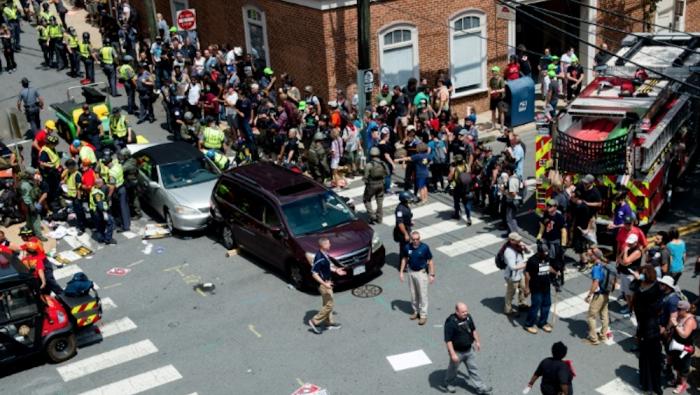 (foto) Stare de urgență în Virginia: Trei morți și cel puțin 35 de răniți, după ce o maşină a intrat în mulţimea de la un miting, iar un elicopter al Poliţiei s-a prăbuşit