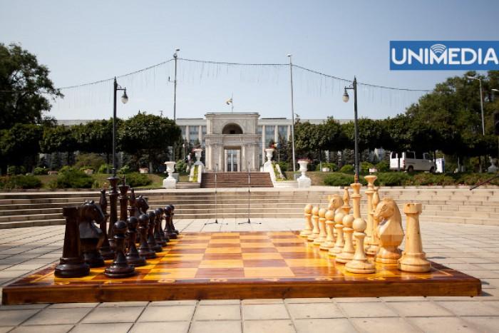 """(foto) Tablă de șah de dimensiuni mari, în scuarul Catedralei """"Nașterea Domnului"""""""