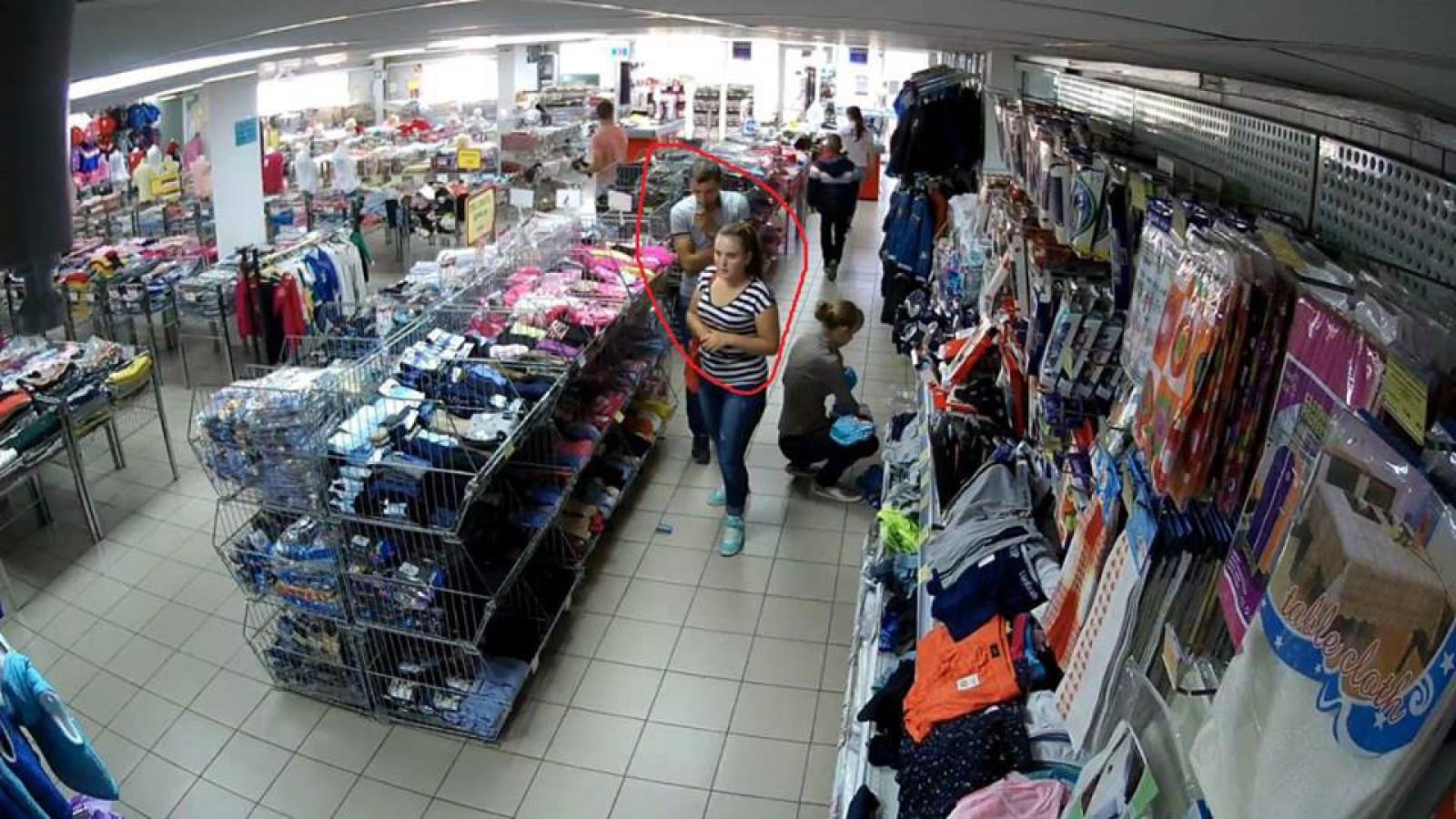 (foto) Tinerii din imagini sunt căutați de poliție după ce ar fi sustras un telefon dintr-un magazin din Bălți