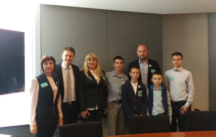 (foto) Trei tineri din Republica Moldova s-au întâlnit cu europarlamentarul Sigfried Mureșan la Bruxelles