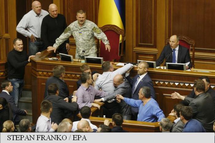 """(foto) Ucraina prelungește legea privind """"statutul special"""" pentru Estul separatist prorus"""