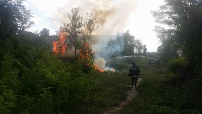 (foto/video/update) Ultimă oră: Incendiu la un depozit de crengi de la Memorialul Ostașilor Armatei Române. DSE anunță că încendiul a fost stins