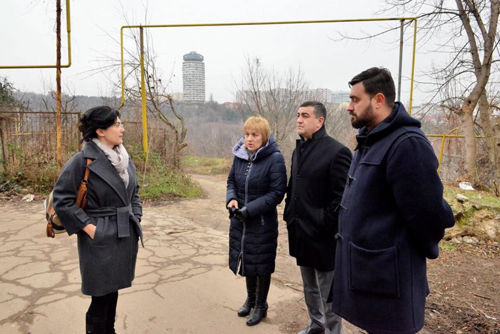 """(foto) Ultimatum de la Silvia Radu: """"Stradela de acces către căminele Academiei de Muzică și Arte Plastice să fie asfaltată în maxim 2 zile, până sâmbătă"""""""
