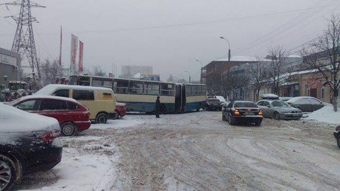 (foto) Un autobuz de linie din Chişinău a zgâriat urât un sedan de lux