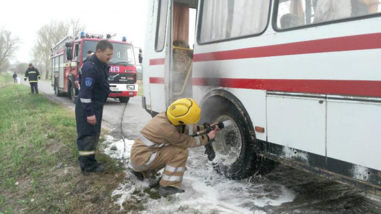 (foto) Un autobuz de pe ruta Milești-Nisporeni, cu 45 de pasageri, a luat foc din mers: Au cedat frânele