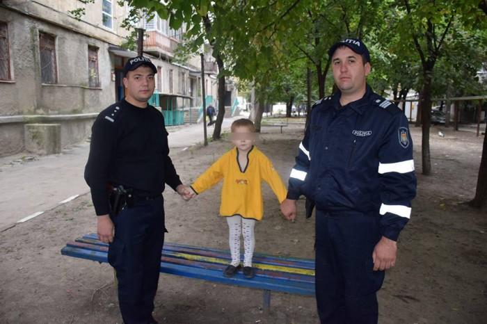 (foto) Un băiețel de aproximativ doi ani a fost găsit fără supraveghere pe o stradă din Bălți: Părinții, identificați