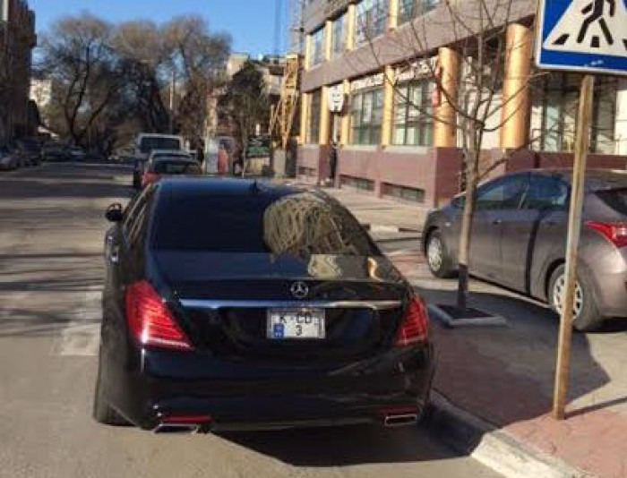 (foto) Un șofer din Chișinău și-a parcat mașina exact pe trecerea de pietoni