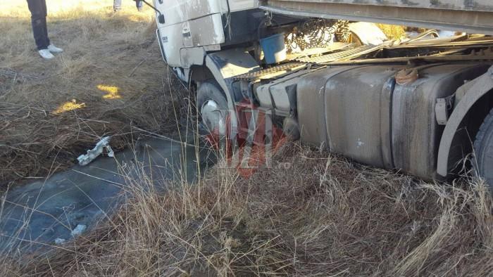(foto) Un tir plin cu marfă, condus de un moldovean, s-a răsturnat într-un pârău în România