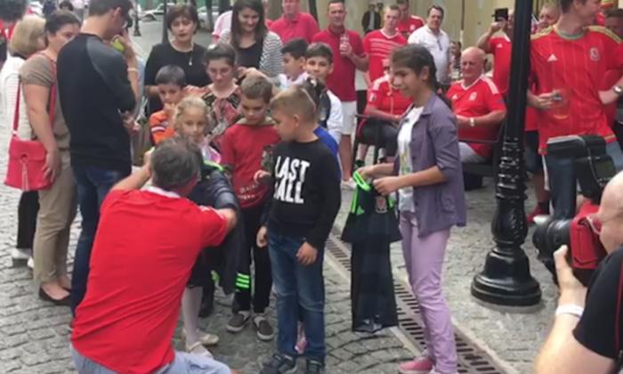 (foto/video) Gest frumos din partea fanilor galezi sosiți la Chișinău: au donat bunuri în valoare de 1000 de lire unui centru pentru reabilitare a copiilor