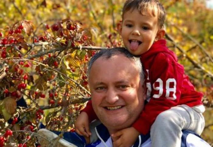 (foto/video) Igor Dodon, la cules coarne cu mezinul