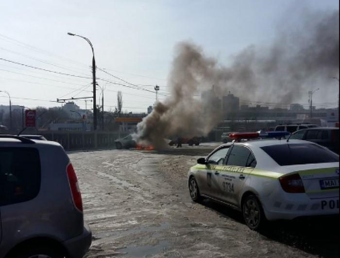 (foto/video) O mașină a luat foc într-o parcare la o bază de construcție din capitală