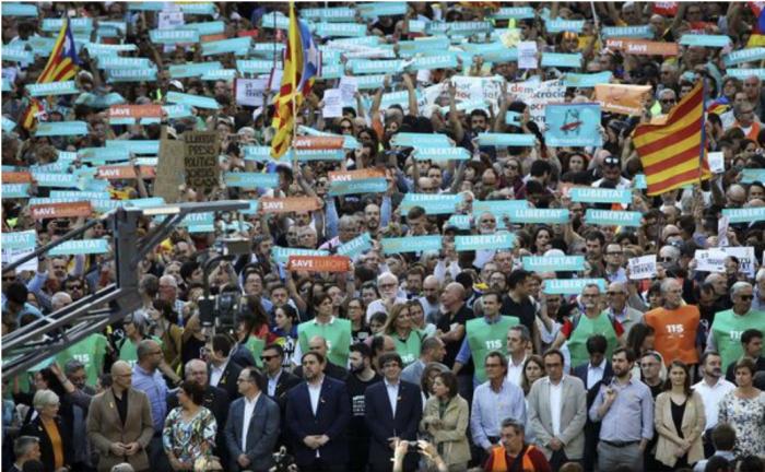 (foto/video) Proteste la Barcelona după ce premierul Spaniei a anunţat suspendarea guvernului catalan şi organizarea de alegeri noi în regiune