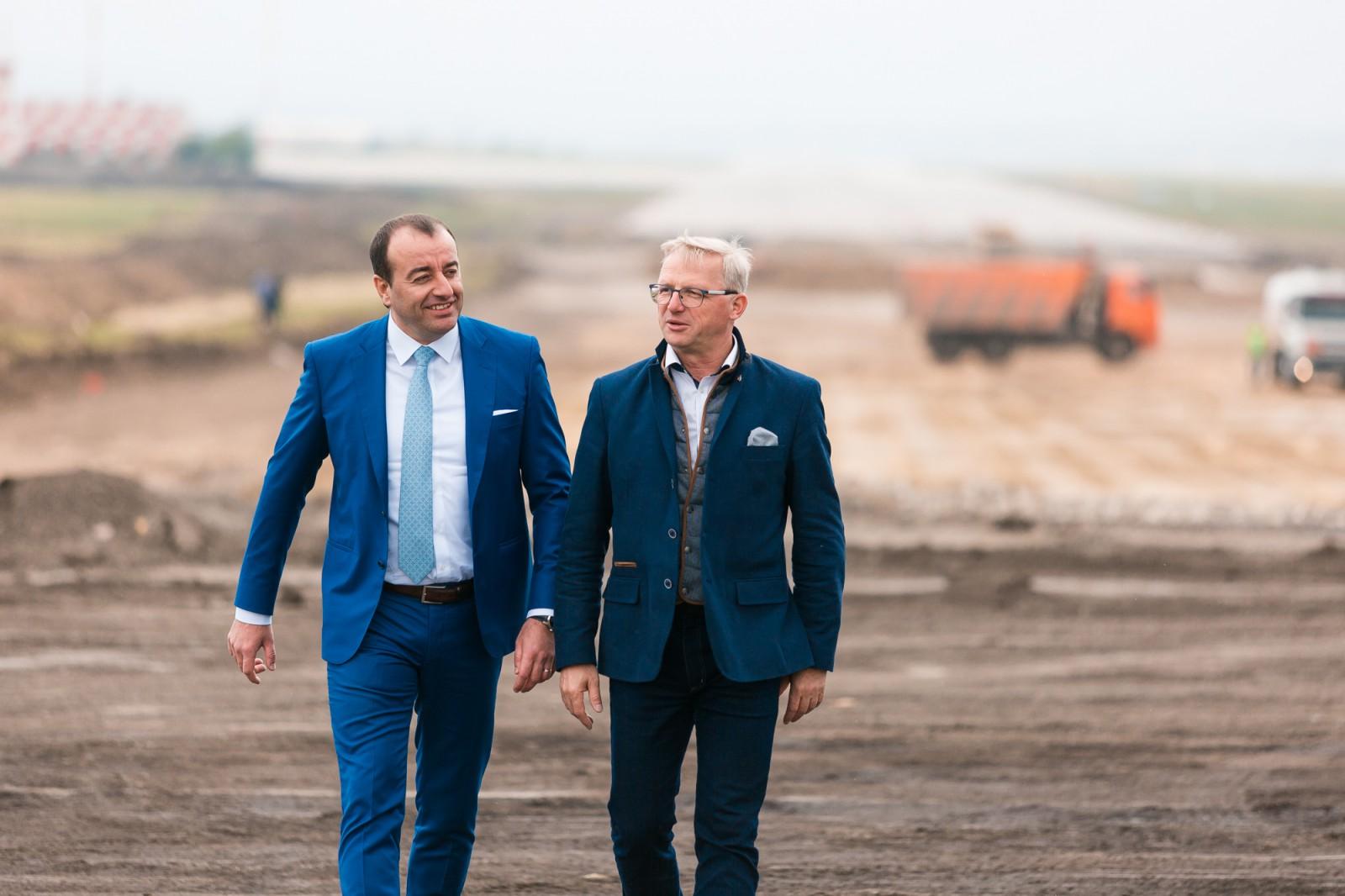 (foto/video) Reconstrucţia celei de-a doua piste a Aeroportului Chişinău, pe ultima sută de metri!