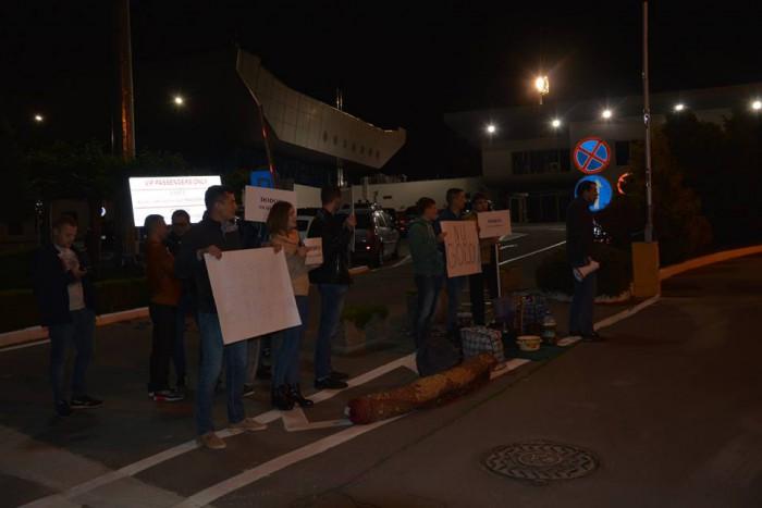 """(foto/video) """"Sluga rușilor"""": Igor Dodon, întâmpinat cu proteste pe Aeroportul din Chișinău"""