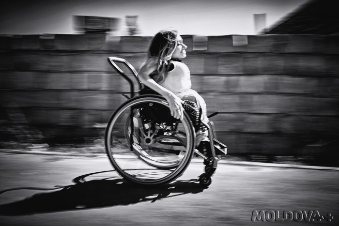 (foto/video) Viața din scaunul cu rotile: o lecție de independență