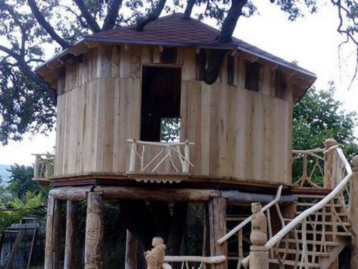 """(foto) """"Căsuța din povești"""". La Palanca s-a construit o căsuță unicat în Moldova, suspendată pe un păr de 100 de ani"""