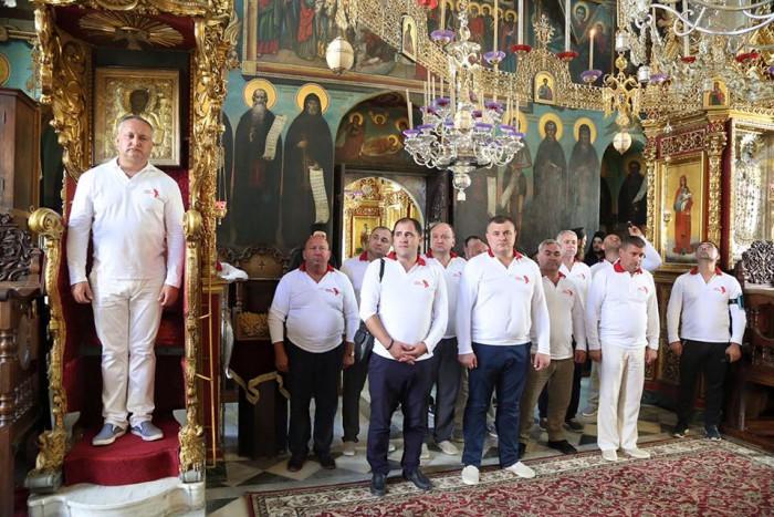 Fotografia care a devenit virală pe internet: Președintele Dodon, urcat pe un tron în mănăstire, iar suita sa îl privește de jos