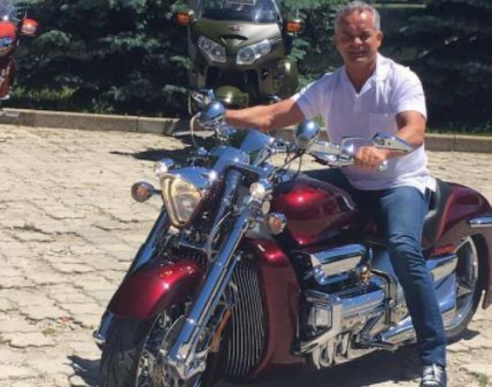 (foto) Vlad Plahotniuc, fără costum și cravată. A urcat pe motocicletă și a făcut poze cu tinerii democrați