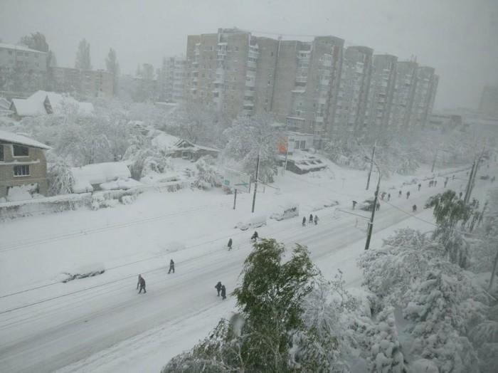 (update/galerie foto) Întreaga țară e în nămeți. Autoritățile îi îndeamnă pe oameni să nu iasă din casă