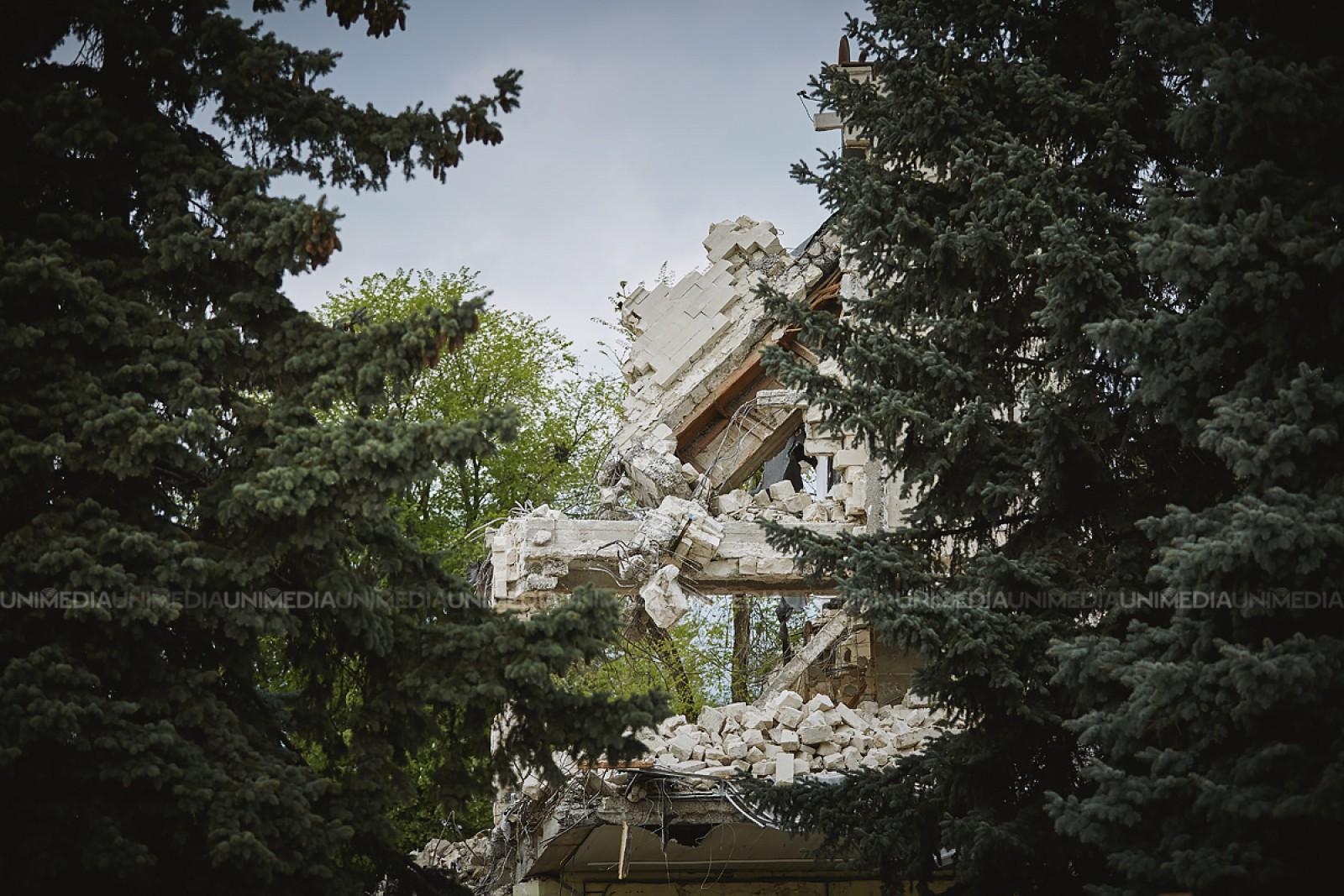 """(galerie foto) A început demolarea Palatului Sindicatelor, din sectorul Rîșcani: În locul acestuia va apărea un centru comercial """"Kaufland"""""""