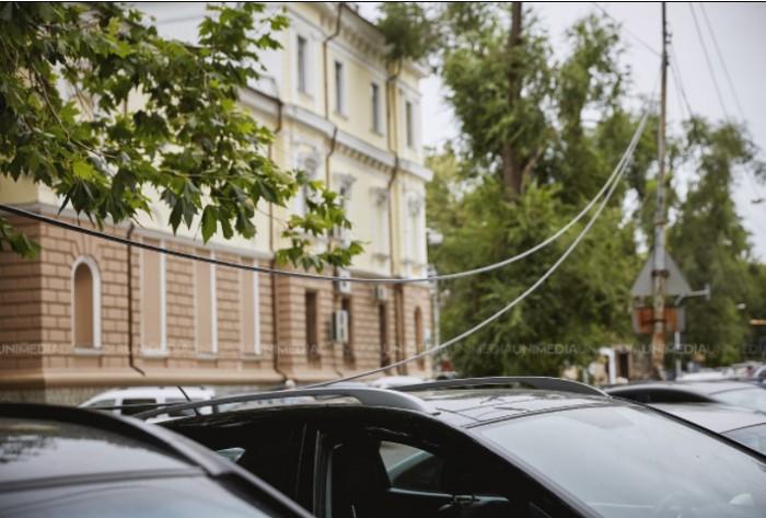 (galerie foto) Chișinău, capitala cablurilor atârnate: Zeci de fire stau întinse pe asfalt după furtunile din ultima perioadă
