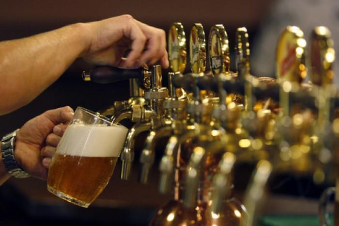 Guvernul ceh vrea să scumpească berea. Acum mai ieftină decât apa